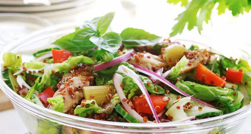 Quinoasalat med agurk og rabarbra
