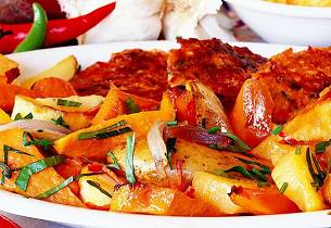 Grønnsakskarbonader med ovnsbakte rotfrukter, rød og hvit pesto