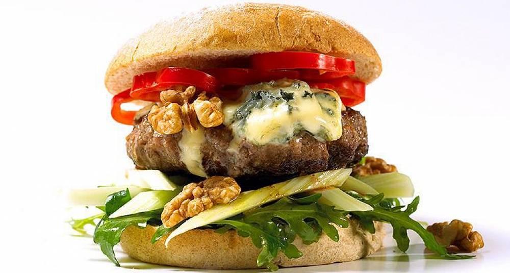 Hjemmelaget burger med blåmuggost og valnøtter