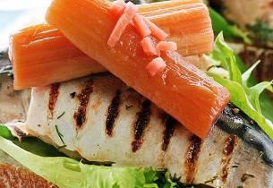 Grillet lettgravet makrell med krydderkokt rabarbra
