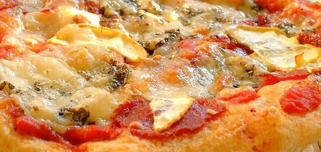 Porsjonspizza med salamipølse til barna