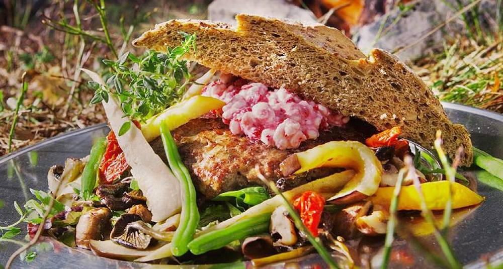 Elgburger med grønnsaker og tyttebær