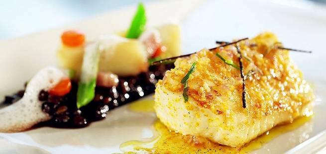 Steinbit med linser, hjerteskjell og glaserte grønnsaker