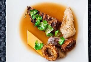 «Mesket» svinenakke med puffet svor, løkringer, kålrotpure, løkmarmelade og potetkake