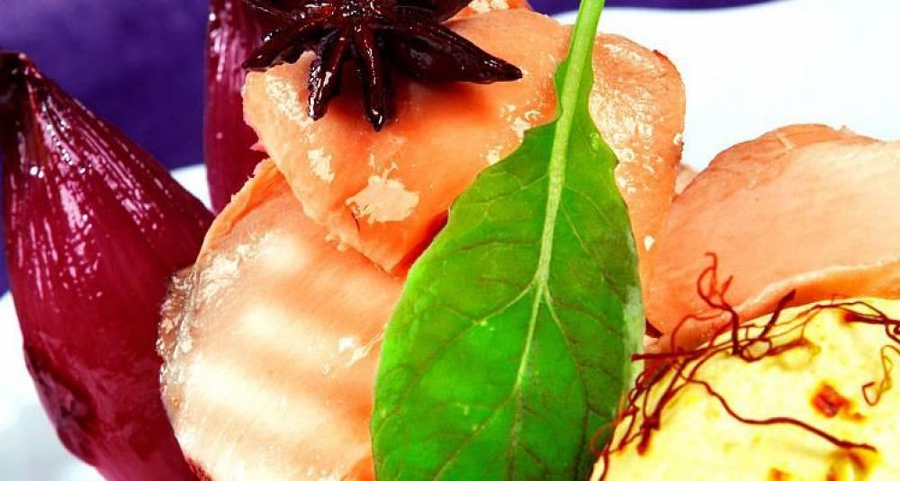 Lakseconfit med rødvinskokt småløk og safrankrem