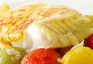 Parmesangratinert steinbit med bakte små tomater og tomatvinagrette