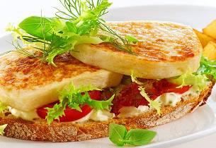 Smørbrød med varm fiskepudding, plommetomater og remulade