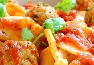 Pappardelle med kjøttboller i tomatsaus
