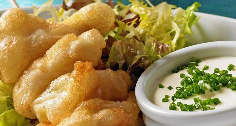 Frityrstekte torsketunger med salat og dipp