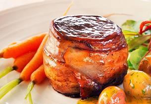 Elgbiff med bacon og appelsinsaus