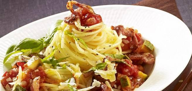 Spagetti med enkel tomatsaus og bacon