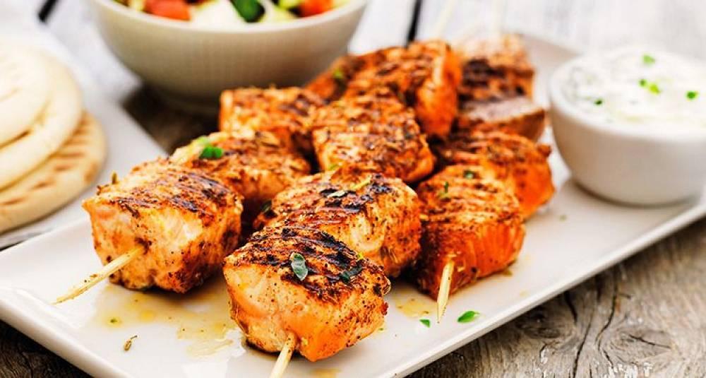 Laks på grillspyd med gresk salat