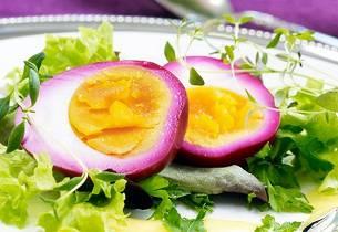 Rødbetmarinerte egg