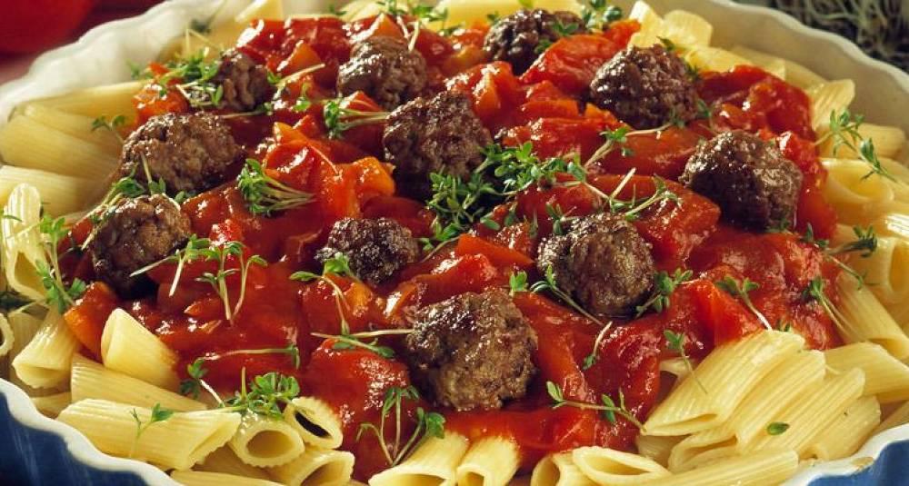 Pasta med kjøttboller og frisk tomatsaus