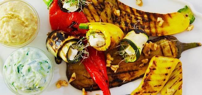 Grillete grønnsaker med hummus og tzatziki