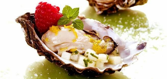 Råmarinerte østers med bringebær og marinert pære