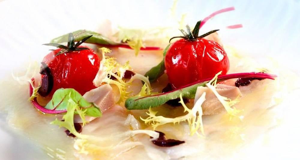 Carpaccio av gravet kveite med lune tomater og småsalat