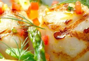 Grillede kamskjell med sommerlig salat