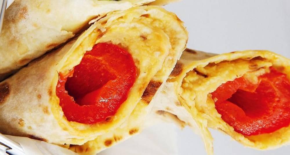 Lefser med hummus og bakt paprika