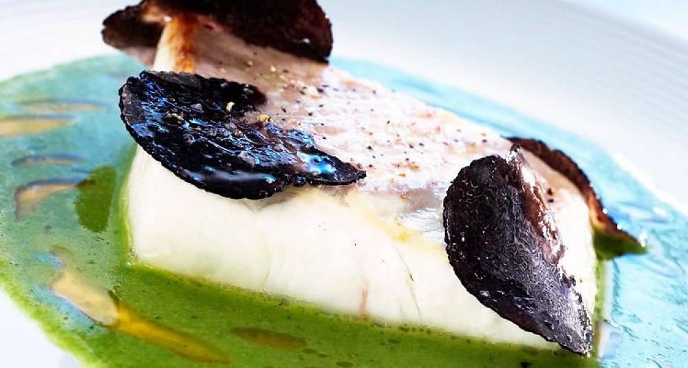 Skinnstekt norsk kveite med hjertesalat-saus og trøffel