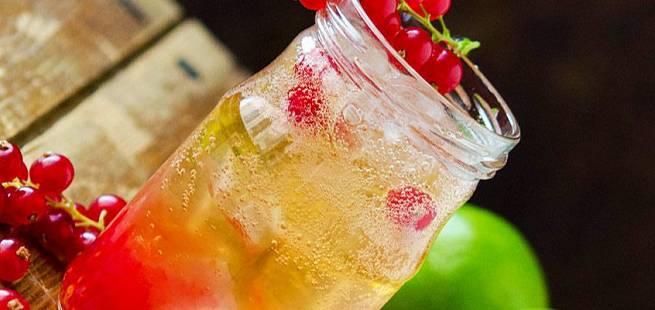 Akevittdrink med rips og lime
