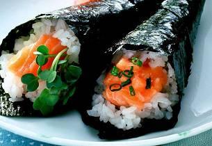 Sushi-håndruller med laks sake temaki