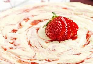Osteiskake med jordbær