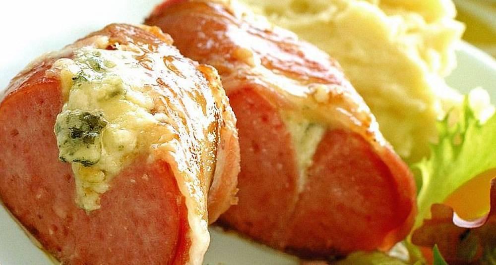 Lag en deilig pølserett med bacon og ost