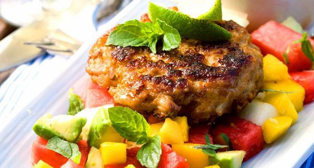 Kyllingburger med tropisk salat