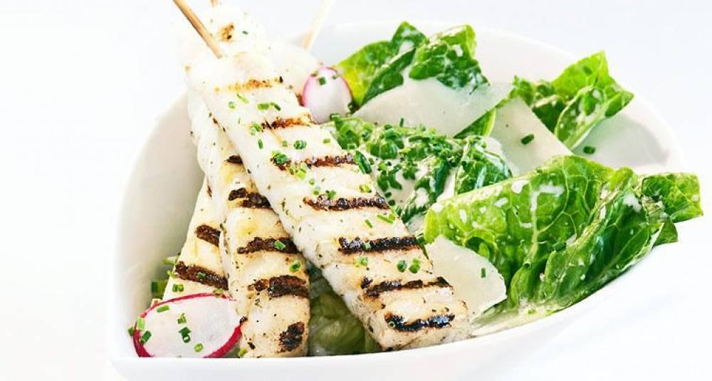 Grillspyd med torsk og cæsarsalat