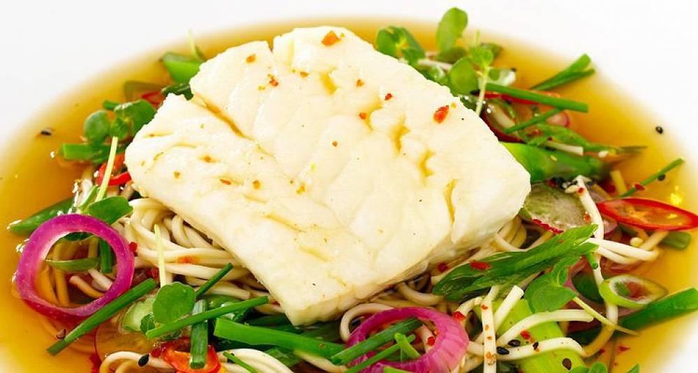 Hot asiatisk nudelsuppe med torsk