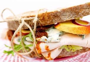 Sandwich med kalkun, nektarin og rød pesto