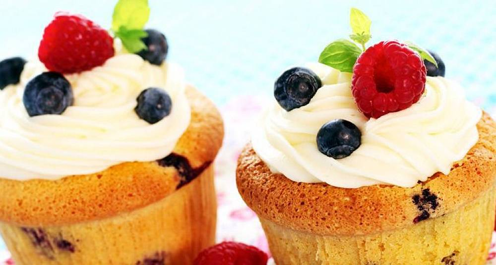 Muffins med blåbær og bringebær