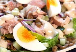 Tunfisksalat med egg og cæsardressing