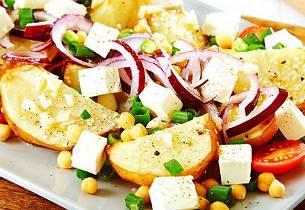 Potetsalat med rødløk og kikerter