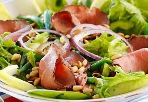 Salat med roastbiff og pinjekjerner
