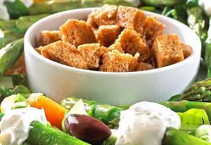 Aspargessalat med krutonger og yoghurtdressing