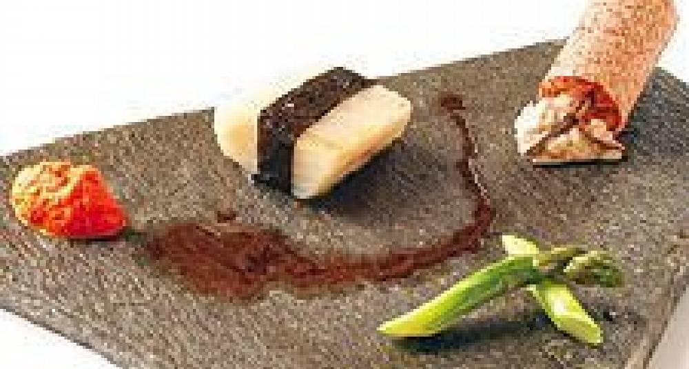 Confisert klippfisk med norisløyfe, gulrot-ingefærpuré, vørterølsjy, steinsopprisotto i sprø sylinder