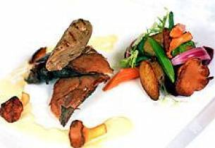 Ovnsbakt rype med Tindskinke, kantarellsaus, hjorte- og rypepølse og potetsalat.