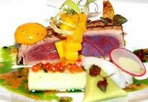 Grillet tunfisk med rettichruller og agurktriangel