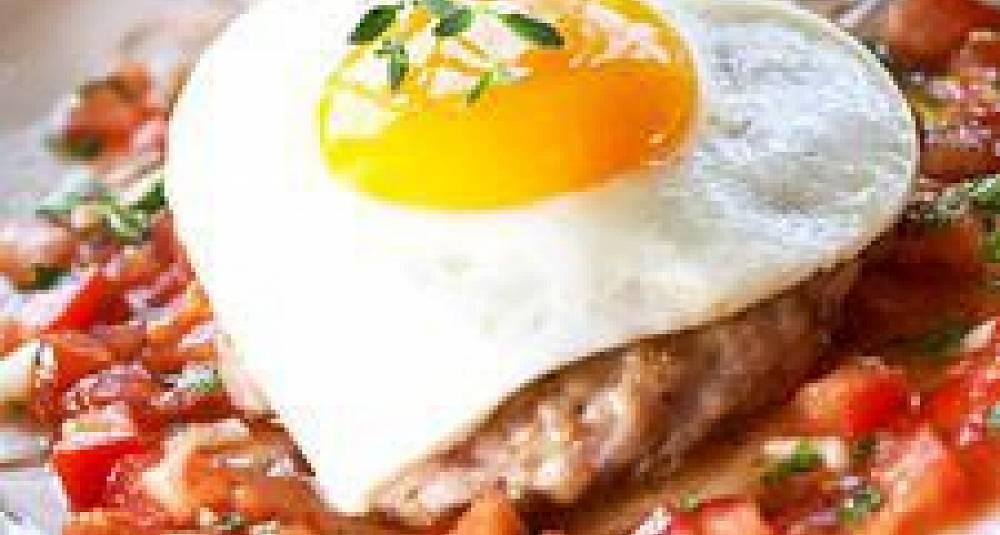 Kyllingkarbonade med speilegg og tomatsalsa
