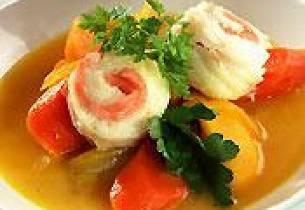 Grønnsaker i safranbuljong med røkt laks og flyndre