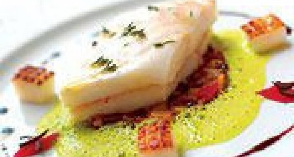 Ovnsbakt piggvar med hvitløkstekt blekksprut, saltbakte poteter med tomatconfit og nicoise-oliven, basilikumkrem og balsamicovinaigrette