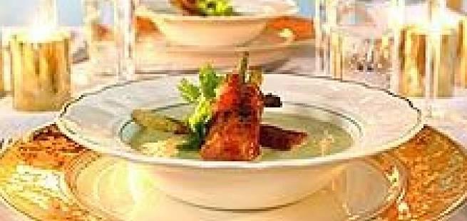 Potet og purreløksuppe, servert med sprøstekt spekeskinke og grønnsaker
