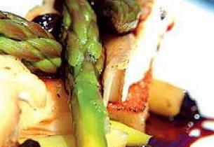 Gratinert chevre med asparges i vinaigrette, rosin og portvinssaus