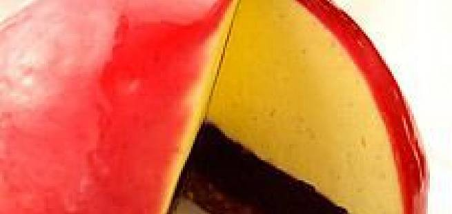 Kake med nøttebunn, solbærkompott, vaniljebavaroise og solbærglasur