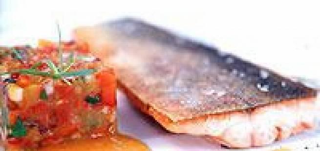 Pannestekt røye med grønnsakssalsa og rømme