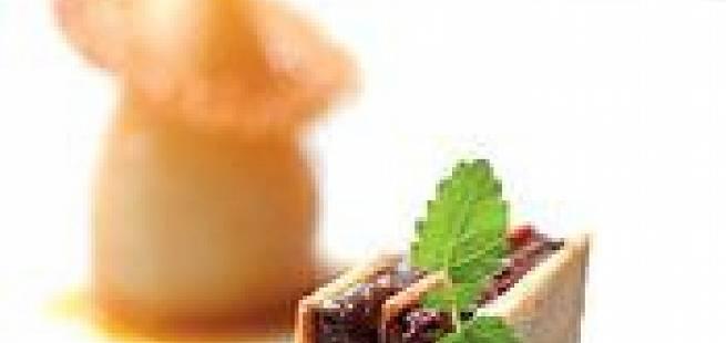 Pære kokt med stjerneanis, karamelltuiles, pasjonsfruktcoulis, lakris- og sjokoladebavaroise mellom sprø kjeks, portvinssirup
