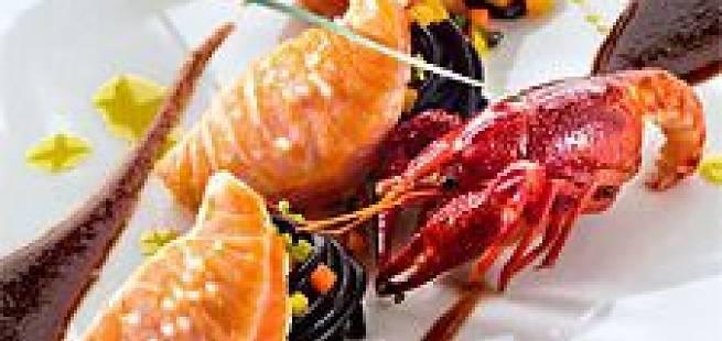 Norsk laks, spagetti med blekksprutblekk, ferskvannskreps og estragonsaus