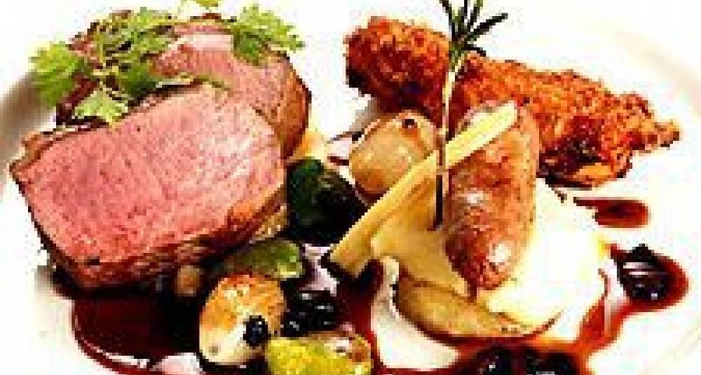 Rosmarin og sitronstekt lammerygg på syltede auberginer, Jarlsberg- og polentakrokett, lammepølse på pastinakk og olivensjy